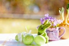 木篮子用五颜六色的复活节彩蛋 库存图片