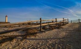 木篱芭在开普梅, NJ带领靠岸在灯塔附近,在一个晴朗的早晨 免版税库存图片