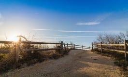 木篱芭在开普梅, NJ带领靠岸在灯塔附近,在一个晴朗的早晨 库存照片