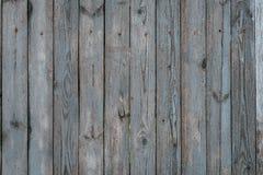 木篱芭在村庄 背景上木 老被绘的篱芭本质上 免版税库存图片