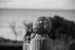 木篱芭宏指令接近的细节雕刻了在大西洋海岸线在黑白,法国的岗位 免版税库存照片