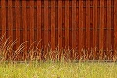 木篱芭板和草布朗背景  免版税库存照片