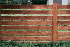 木篱芭,马的一支笔,委员会褐色  绿草和树反对委员会背景  夏天秋天天 免版税图库摄影