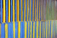 木篱芭黄色和绿色纹理上 免版税库存图片
