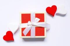 木红色和白色的心脏顶视图手工造和一个箱子在白色背景的礼物 免版税库存图片