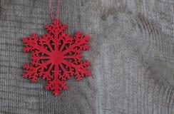木红色圣诞节雪花 在木背景的装饰 顶视图 免版税库存图片