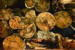 木纹理抽象背景 老木材的特写镜头 被堆积的木日志抽象背景 免版税库存图片
