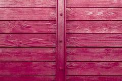 木纹理的木板在紫色紫色油漆报道,并且连接器在中部是与bol的一个金属框架 图库摄影