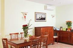 木经典用餐的家具内部的空间 免版税库存图片