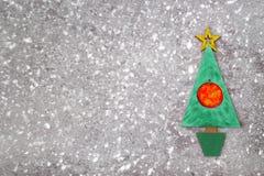 木绿色圣诞树和签署2018年从木redletters,灰色具体背景 新年好2018年背景 免版税图库摄影