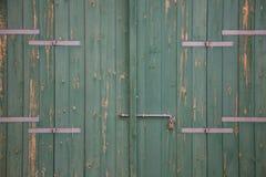 木绿色年迈的门、生锈的门闩和挂锁 关闭,细节 图库摄影