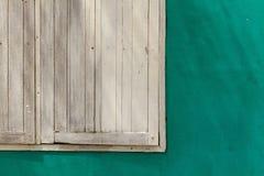 木绿色老被绘的墙壁空白的视窗 免版税图库摄影