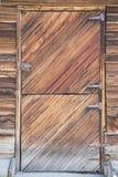 木老分裂毂仓大门的窗口 免版税库存照片