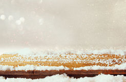 木老桌和12月新鲜的雪在上面 免版税库存照片