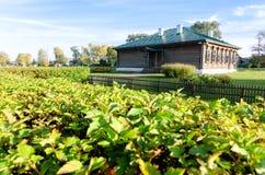 木老棕色学校在有绿色的Konstantinovo村庄在前景从18世纪 著名诗人的地方 免版税库存图片