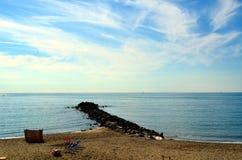 木老的码头 有清楚的大海的风平浪静 库存图片