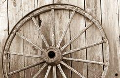 木老的马车车轮 免版税库存照片