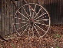 木老的马车车轮 库存照片