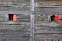 木老红色墙壁的视窗 免版税图库摄影
