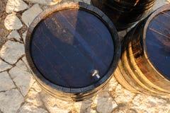 木老葡萄酒桶 库存照片