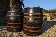 木老葡萄酒桶 库存图片