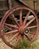 木老轮幅的马车车轮 免版税图库摄影