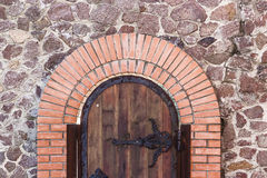 木老门在砖墙背景中 免版税图库摄影