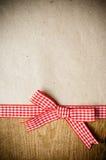 木背景、丝带和牛皮纸 库存照片