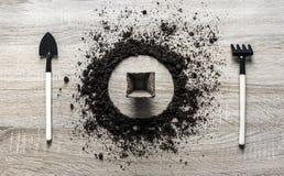 木背景概念地球着陆了圈子盘匙子叉子叉子种植泥煤片剂种子南瓜罐弹簧的犁耙纹理 图库摄影
