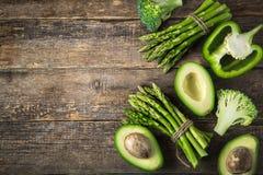 木背景用新鲜的绿色菜芦笋, avocad 图库摄影