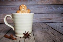 木背景的圣诞节自创姜饼人 大咖啡 桂香和八角茴香 免版税库存图片