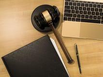 木背景的木法官惊堂木和膝上型计算机 免版税库存照片