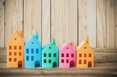 木背景的纸房子 免版税库存图片