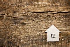 木背景的纸板房子 免版税库存照片