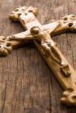 木背景的耶稣受难象 图库摄影