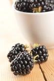木背景的黑莓 免版税图库摄影
