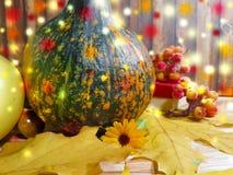 木背景离开苹果南瓜构成秋天bokeh 11月,蘑菇,爆沸 库存图片