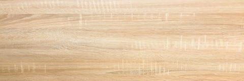 木背景纹理,点燃被风化的土气橡木 显示木纹纹理的退色的木被涂清漆的油漆 硬木被洗涤的板条 免版税图库摄影