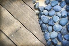 木背景蓝色董事会的石头 免版税库存图片