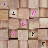 木背景:在木块我爱你拼写的消息 库存图片