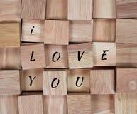 木背景:在木块我爱你拼写的消息 图库摄影