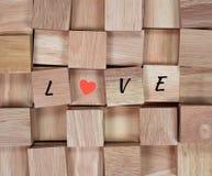 木背景:在木块拼写的消息爱 免版税库存照片
