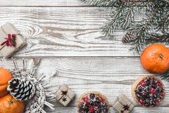 木背景 空白 冬天卡片 桔子 冷杉分支绿色 果子蛋糕 在上写字的空间圣诞老人或新年 Xm 库存图片