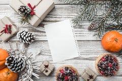 木背景 空白 冬天卡片 桔子 冷杉分支绿色 果子蛋糕 在上写字的空间圣诞老人或新年 Xm 免版税库存照片