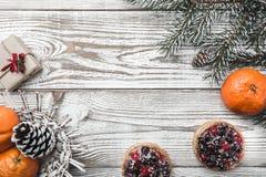 木背景 空白 冬天卡片 桔子 冷杉分支绿色 果子蛋糕 在上写字的空间圣诞老人或新年 Xm 库存照片