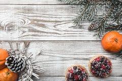 木背景 空白 冬天卡片 桔子 冷杉分支绿色 果子蛋糕 在上写字的空间圣诞老人的 免版税库存图片
