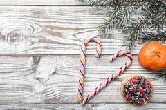木背景 空白 冬天卡片 桔子 冷杉分支绿色 蛋糕果子隔离白色 在上写字的空间圣诞老人或新年 库存图片