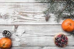 木背景 空白 冬天卡片 桔子 冷杉分支绿色 蛋糕果子隔离白色 在上写字的空间圣诞老人或新年 免版税图库摄影
