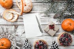 木背景 空白 冬天卡片 桔子 Pinecone 冷杉分支绿色 果子蛋糕 在上写字的空间圣诞老人的 库存图片
