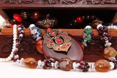 木胸口和装饰品 免版税图库摄影